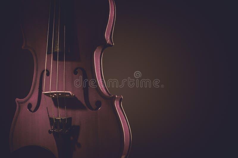 Instruments de musique de violon de plan rapproché d'orchestre sur le noir image libre de droits