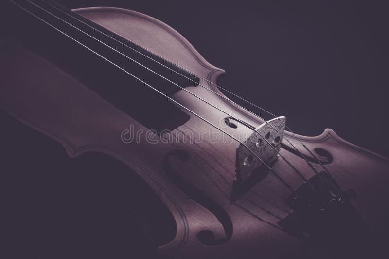 Instruments de musique de violon de plan rapproché d'orchestre sur le noir photographie stock libre de droits