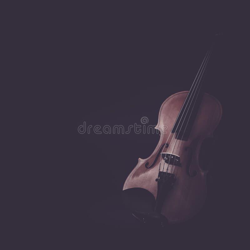 Instruments de musique de violon de plan rapproché d'orchestre sur le noir photo stock