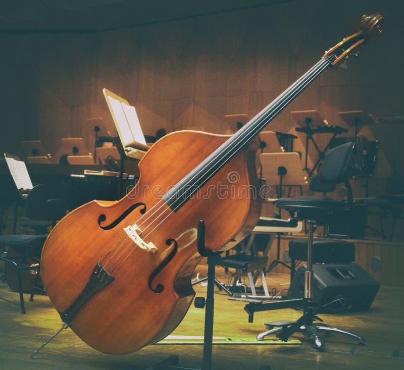 Instruments de musique de violoncelle sur un concert d'orchestre d'étape photographie stock libre de droits