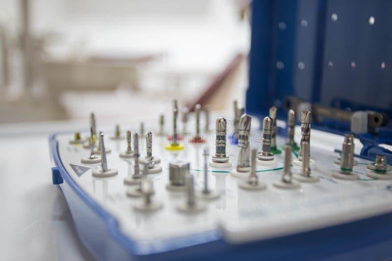 Instruments dentaires pour l'implantology par chirurgie orale dans le bureau dentaire photo stock