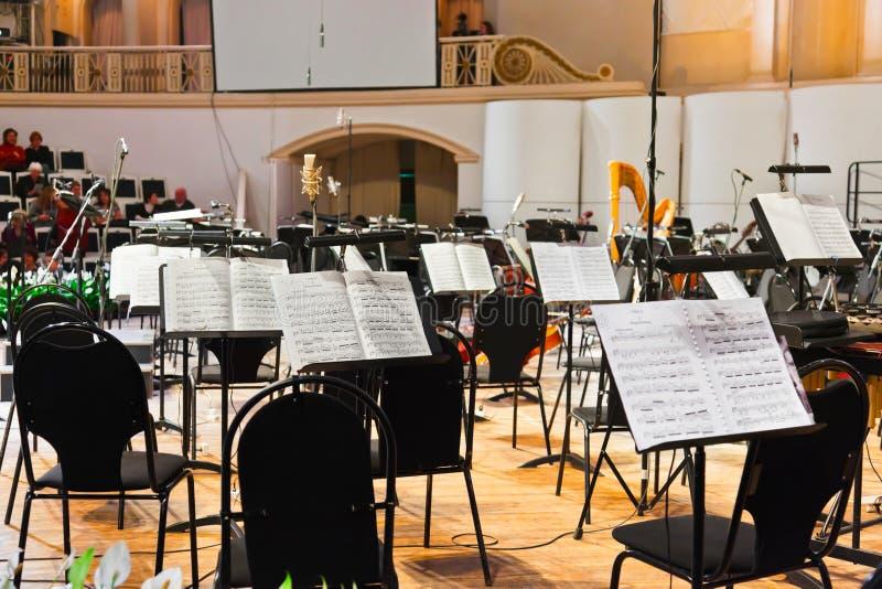 Instruments musicaux et musique de feuille photographie stock libre de droits