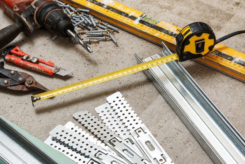 Instruments pour la construction qu'une plaque de plâtre mure photographie stock libre de droits