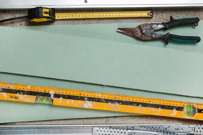 Instruments pour la construction qu'une plaque de plâtre mure photographie stock