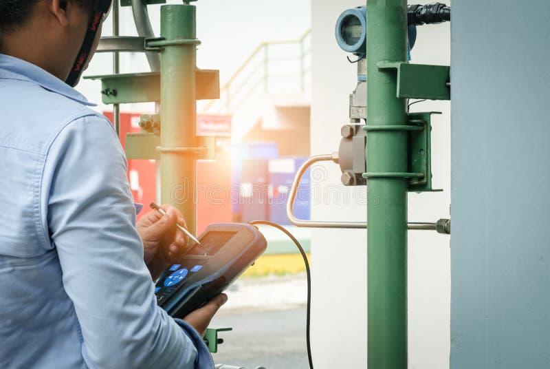 Instrumentteknikeren på jobbet kalibrerar eller för funktionskontrollen equen royaltyfria foton