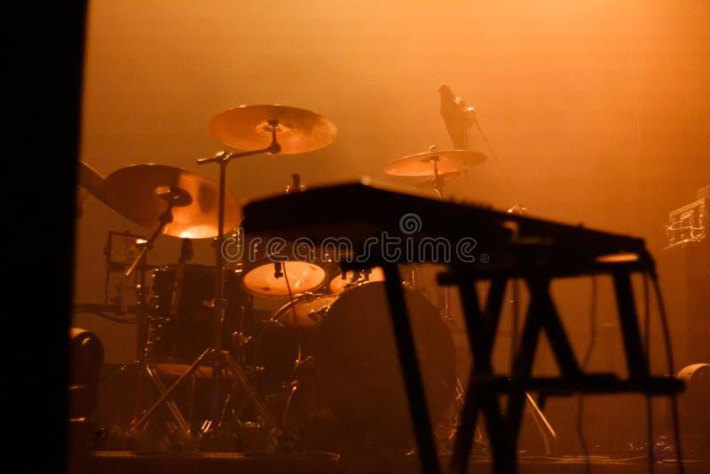 Instrumenty muzyczne na scenie wypełnione pomarańczowym światłem zdjęcie royalty free