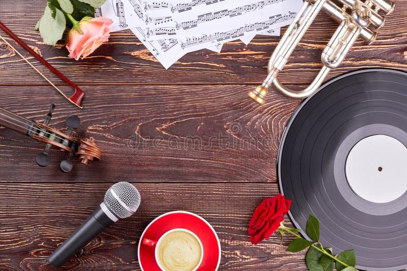 Instrumenty muzyczni, róże i kopii przestrzeń, obraz stock