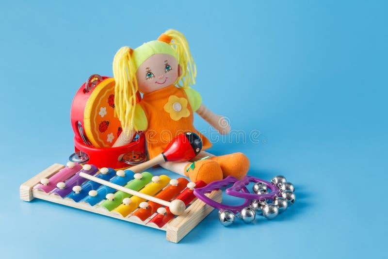Instrumenty muzyczni z lalą fotografia royalty free