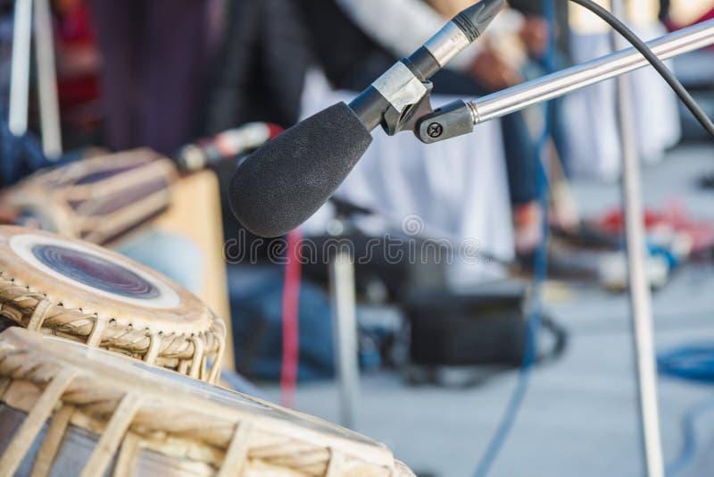 Instrumenty muzyczni z mikrofonu stojakiem w koncercie, zamknięty u fotografia stock