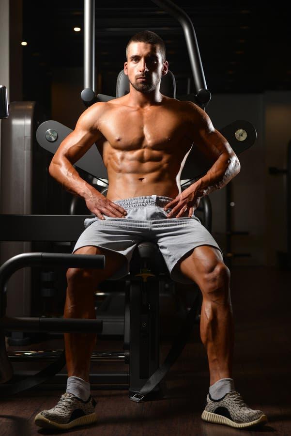 Instrutor cansado após a formação com pesos do gym imagens de stock royalty free