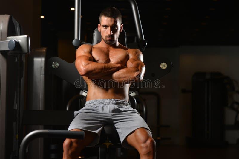 Instrutor cansado após a formação com pesos do gym imagem de stock royalty free