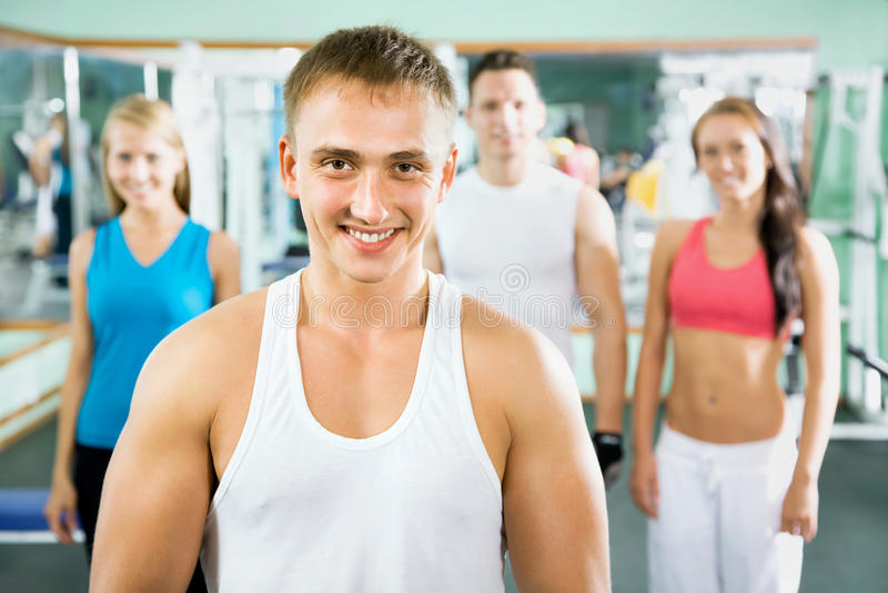 Instrutor da aptidão com povos do gym imagem de stock royalty free