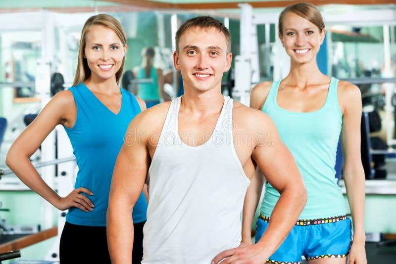 Instrutor da aptidão com povos do gym foto de stock