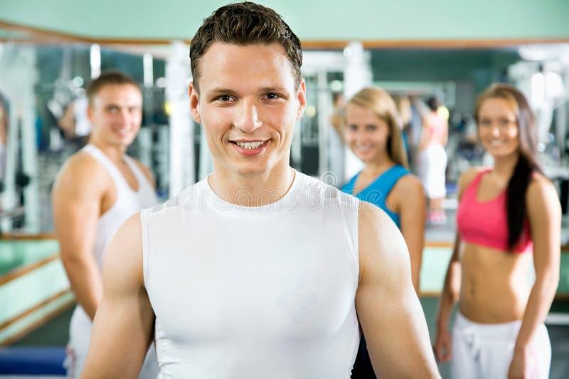 Instrutor da aptidão com povos do gym fotos de stock