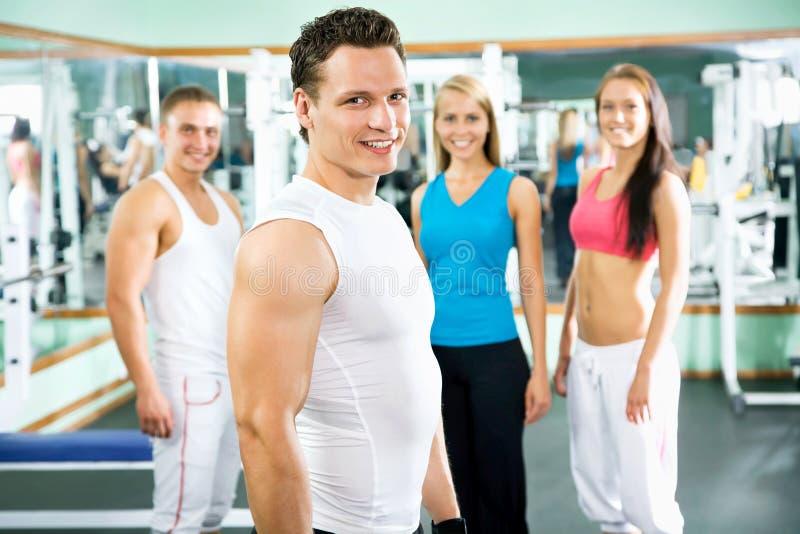 Instrutor da aptidão com povos do gym fotos de stock royalty free