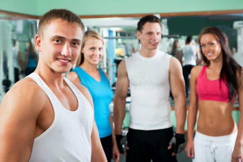 Instrutor da aptidão com povos do gym imagens de stock