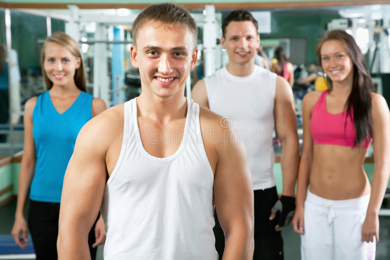 Instrutor da aptidão com povos do gym fotografia de stock royalty free