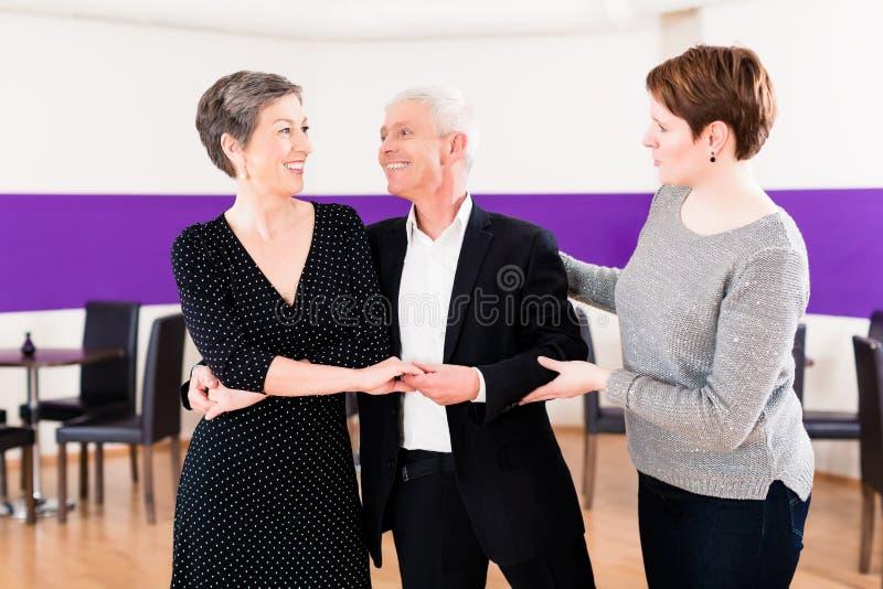 Instrutor da dança com pares superiores imagem de stock