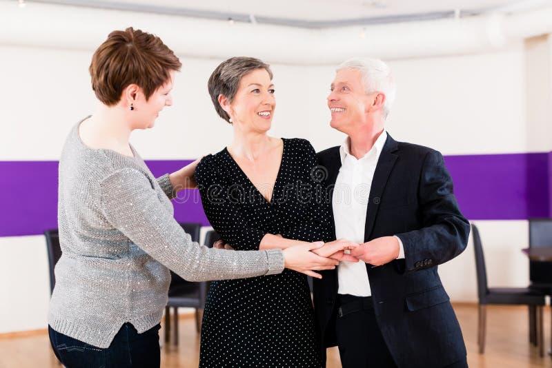 Instrutor da dança com pares superiores foto de stock royalty free