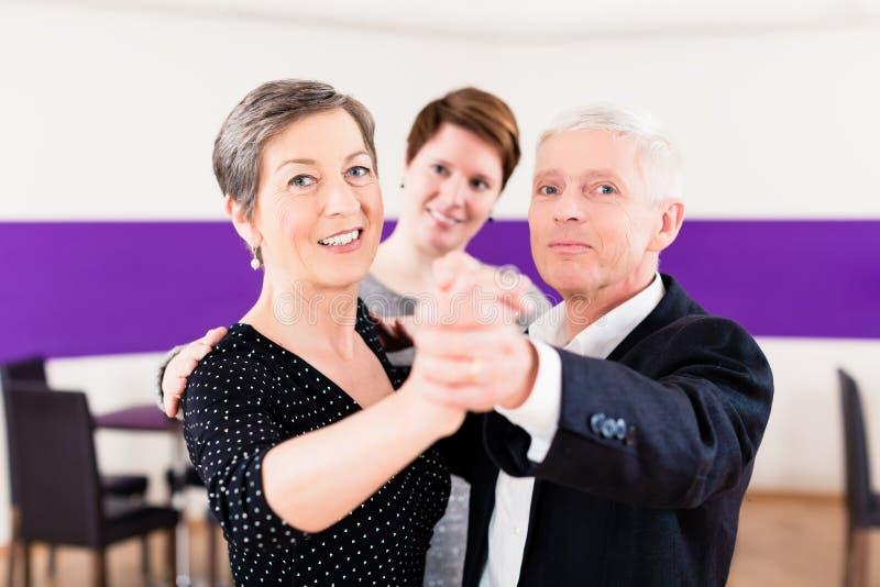 Instrutor da dança com pares superiores imagem de stock royalty free