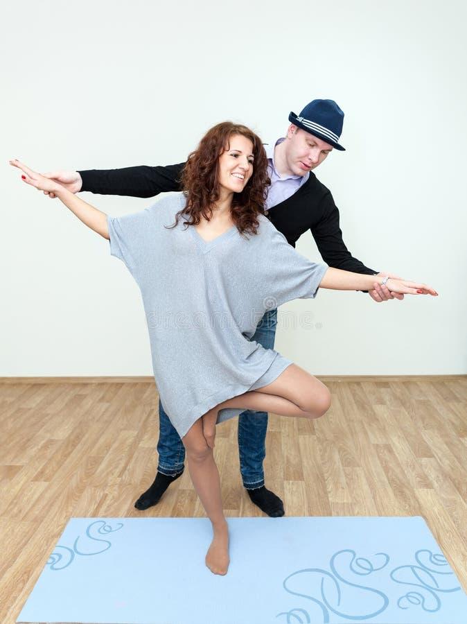 Instrutor da dança que mostra movimentos da dança da menina imagens de stock