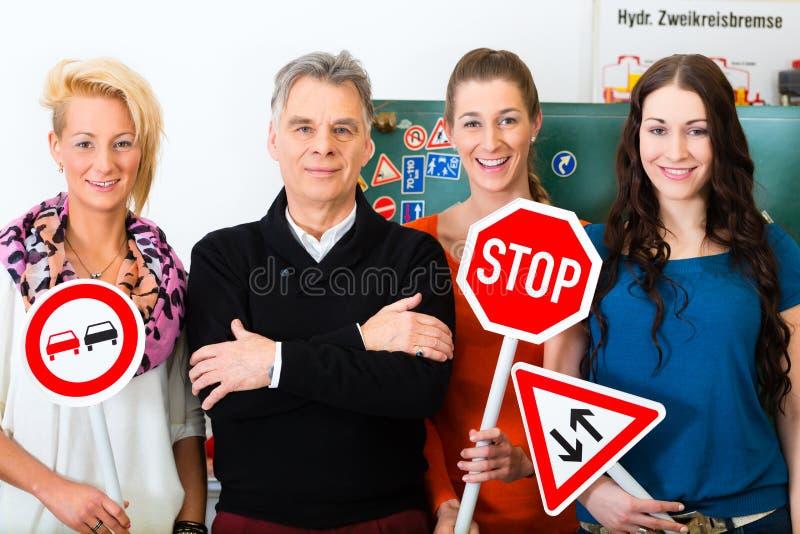 Instrutor de condução com sua classe fotografia de stock