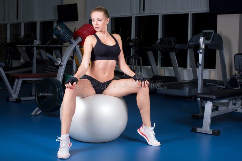 Instrutor de Pilates que começa o exercício sentar-se sobre fotos de stock