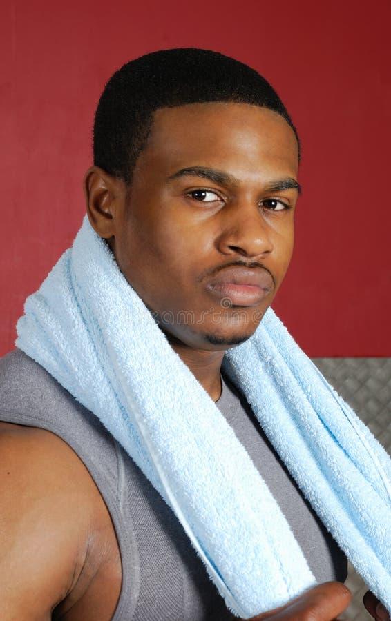 Instrutor do americano africano com toalha fotos de stock
