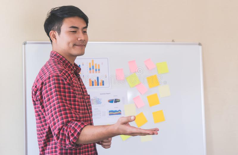 Instrutor do treinador do negócio que dá o treinamento ao estudante imagens de stock