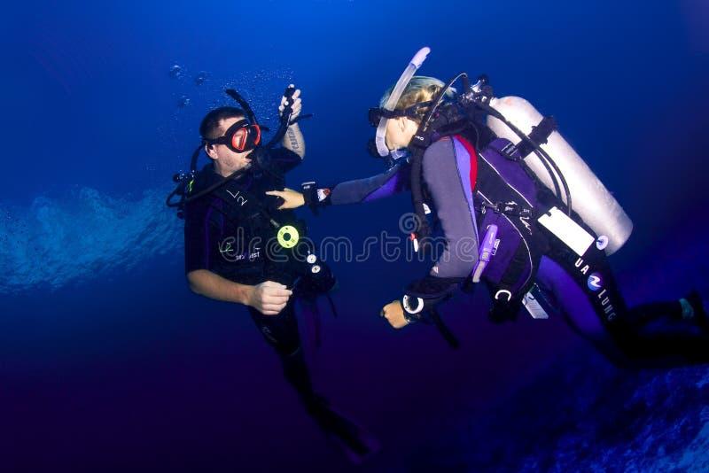 Instrutor e estudante do mergulho autônomo imagem de stock