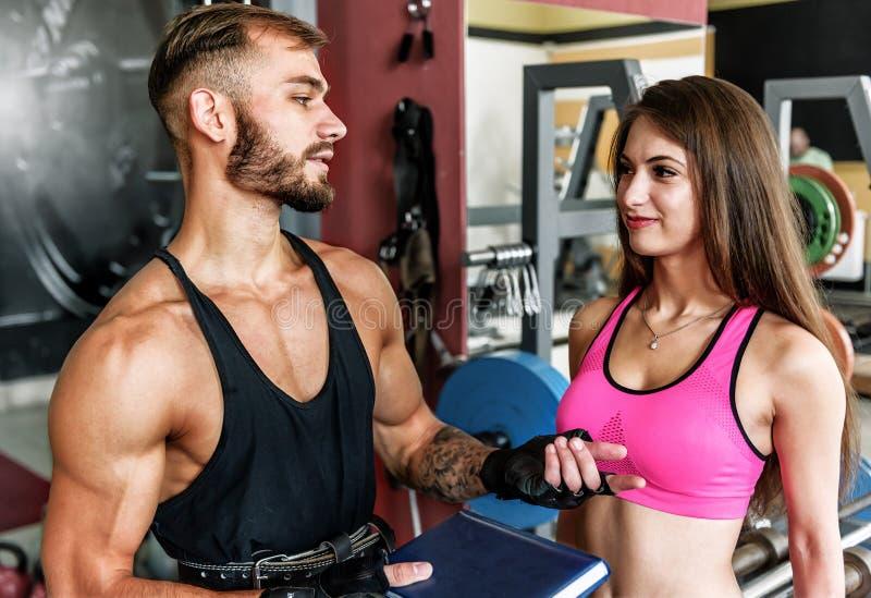 Instrutor e menina no gym fotos de stock