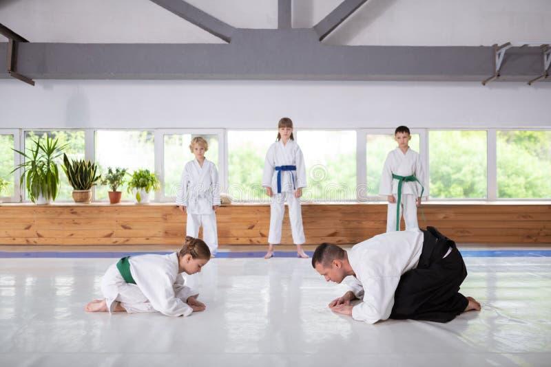 Instrutor e menina que preparam-se para a luta que estuda artes marciais foto de stock royalty free