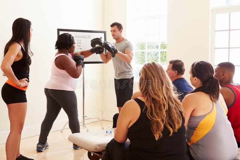 Instrutor In Exercise Class da aptidão para povos excessos de peso foto de stock royalty free