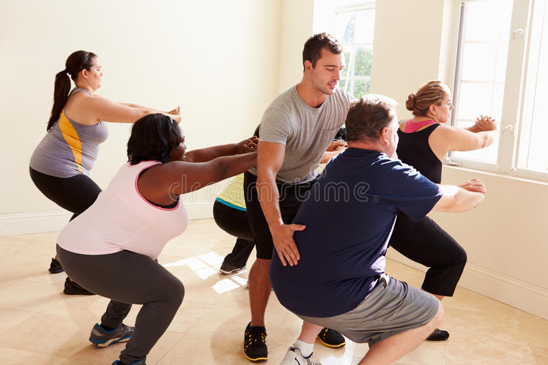 Instrutor In Exercise Class da aptidão para povos excessos de peso foto de stock