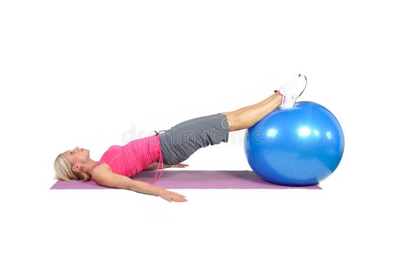 Instrutor fêmea novo apto dos pilates foto de stock royalty free