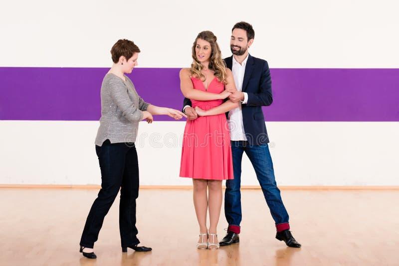 Instrutor na escola de dança com pares fotografia de stock royalty free