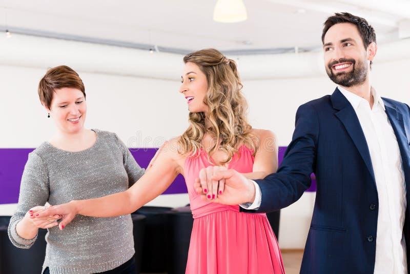 Instrutor na escola de dança com pares imagens de stock