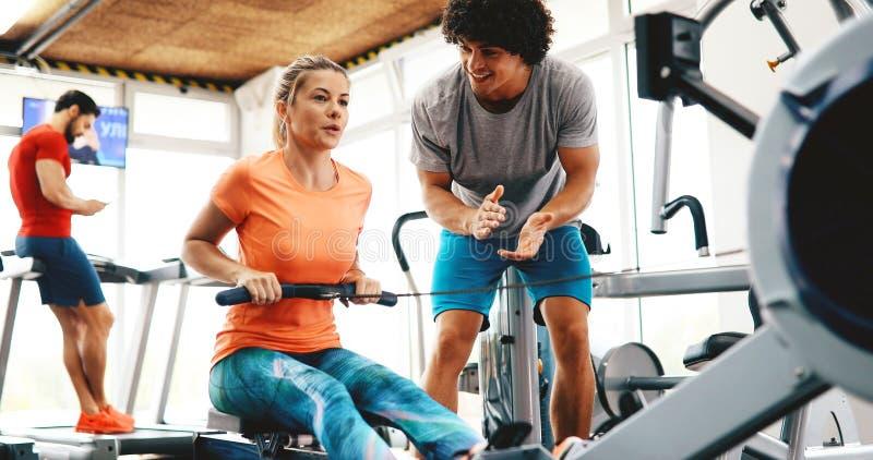 Instrutor pessoal que dá instruções no gym fotos de stock royalty free
