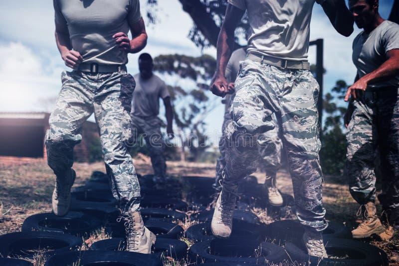 Instrutor que dá o treinamento aos soldados militares foto de stock