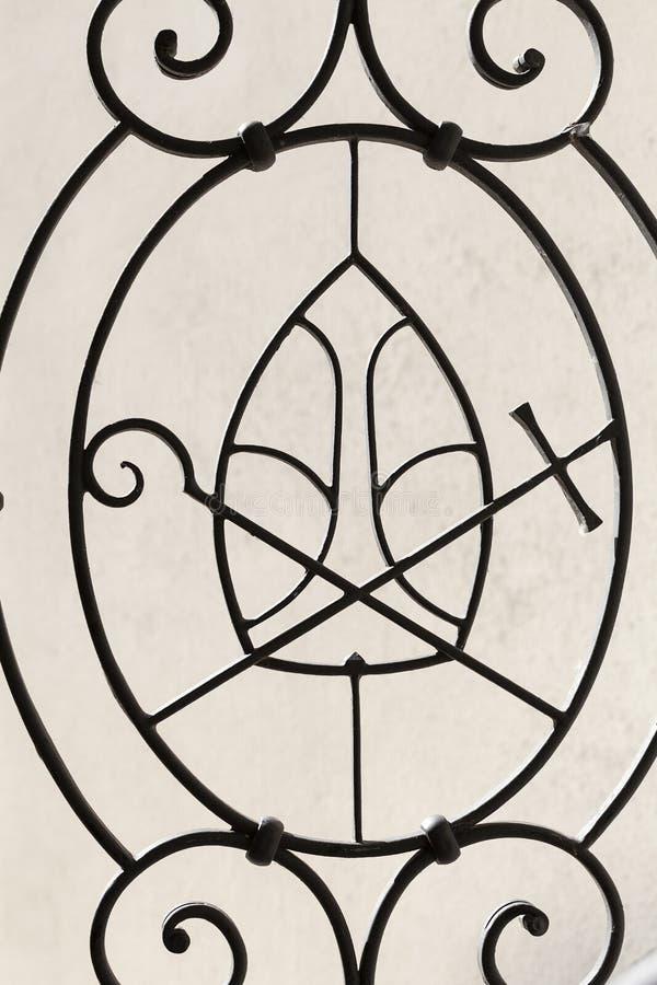 Insygnia episcopal na metalu ogrodzeniu, kościół na Skalka, Krakow, Polska zdjęcie stock