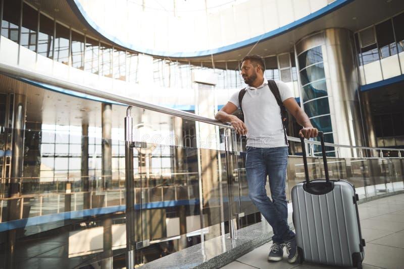 Intégral d'un homme indou agréable se tenant dans l'aéroport photo libre de droits