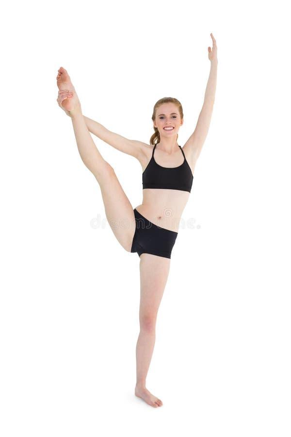 Intégral d'une jeune femme sportive étirant la jambe image libre de droits