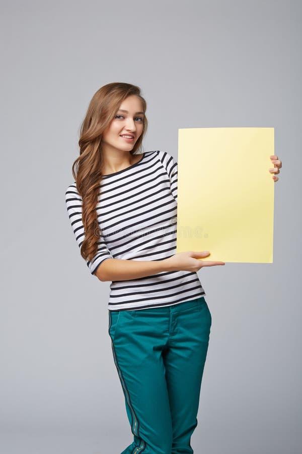 Intégral de la belle femme se tenant derrière, tenant le bl blanc photos stock