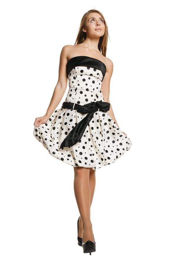 Jeune fille de sourire dans la robe romantique photo stock