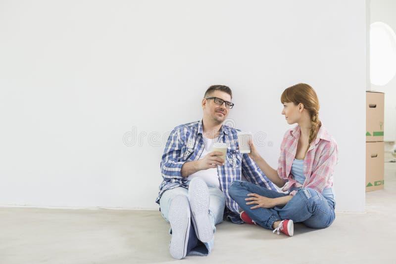 Intégral des couples ayant le café dans la nouvelle maison photo libre de droits
