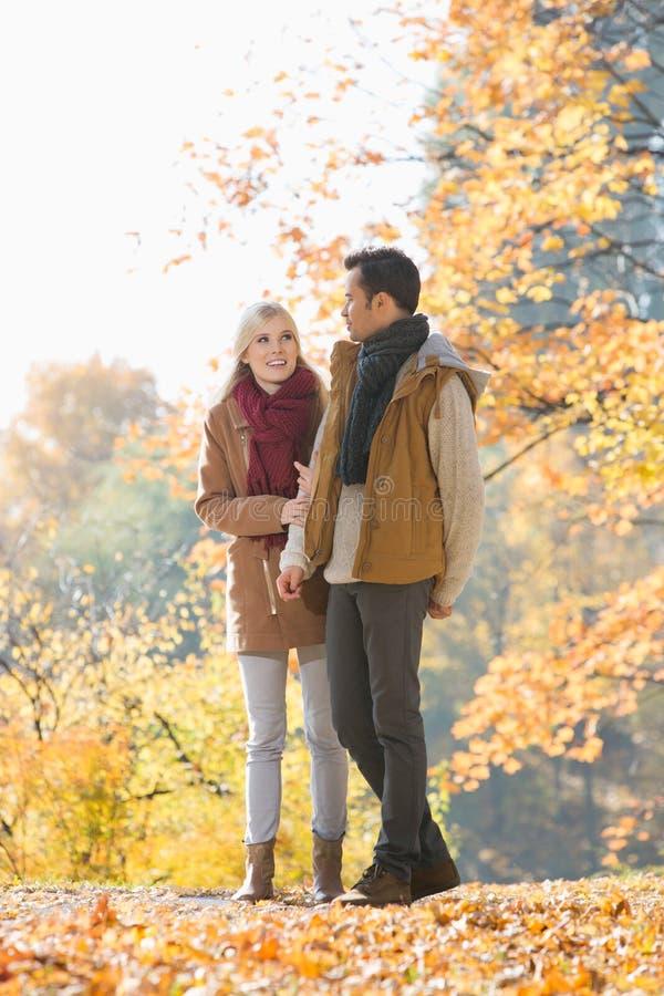 Intégral des couples marchant en parc pendant l'automne photographie stock libre de droits