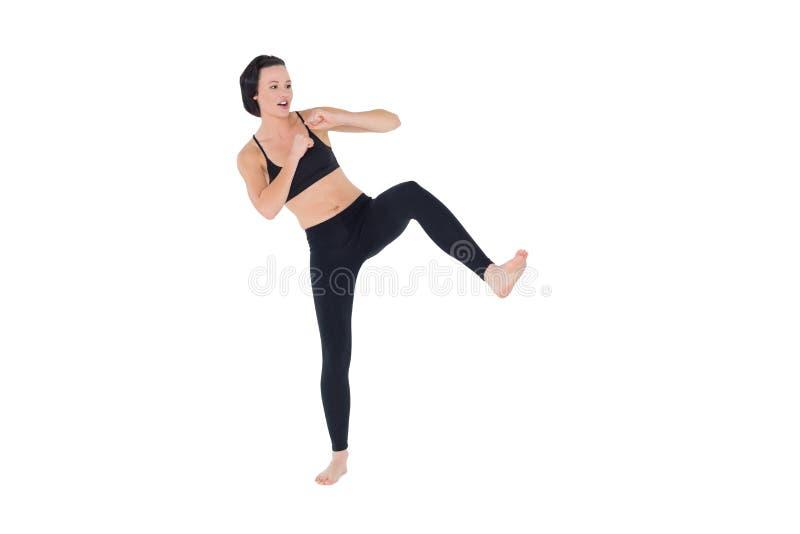 Intégral des coups de pied sportifs d'air de jeune femme photos stock