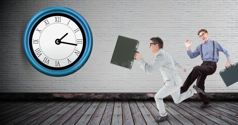 Intégral des hommes d'affaires courant tard avec l'horloge sur le mur photographie stock