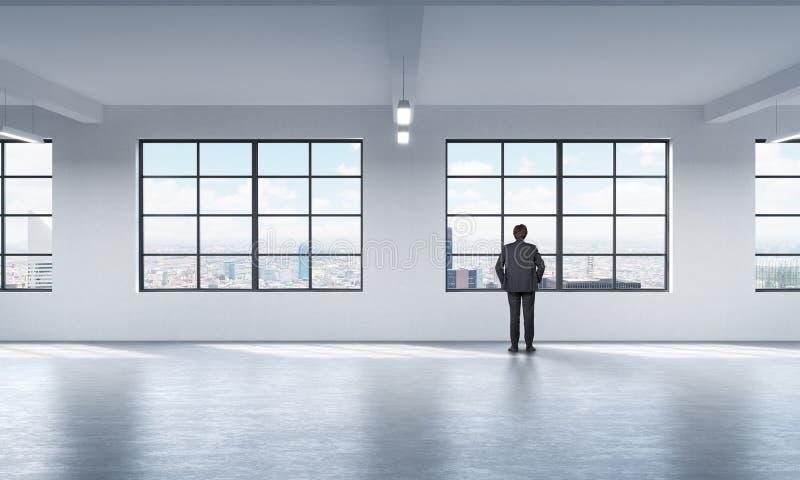 Intégral un homme dans le costume formel qui regarde la fenêtre à New York photos libres de droits