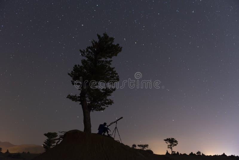 Intéressé dans le ciel, les étoiles et les différentes planètes et se demander photos stock